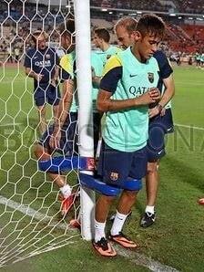 Neymar calentando tirante musculador RF Barcelona